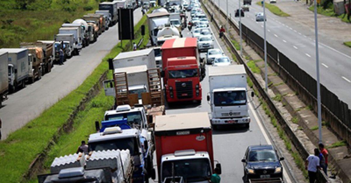 Caminhoneiros fecham estrada BR-324 perto de Salvador  23/5/2018    REUTERS/Ueslei Marcelino
